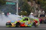 Victory Lap auf dem Strip: Donut von Sprint-Cup-Champion Kyle Busch (Gibbs)