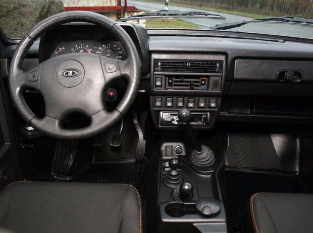 Cockpit des Lada 4x4 Urban
