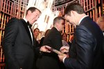 Kyle Busch holt sich ein Autogramm von Jeff Gordon