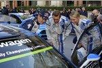 Sebastien Ogier zeigt Pierre Casiraghi und Caroline Wosznacki seinen Polo R WRC