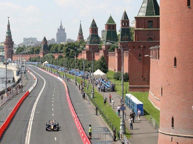 12.07.2008 Moskau, Russland: Mikhail Aleshin steuert seinen Red Bull in einer F1-Präsentation um den Kreml