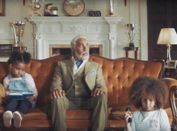 Lewis Hamilton als Opa im Werbespot für die Allianz