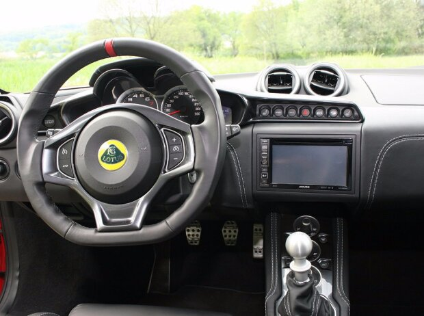 Cockpit des Lotus Evora 400