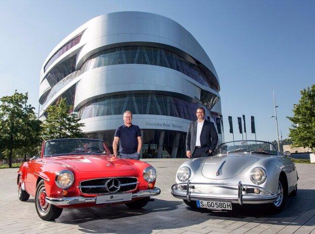 Christian Boucke, Leiter Mercedes-Benz Classic (li.) mit Mercedes-Benz 190 SL und Achim Stejskal, Leiter Porsche Museum (re.) mit Porsche 356 vor dem Mercedes-Benz Museum