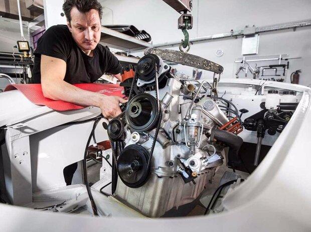 BMW 507: Einbau das neuen Motors.