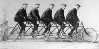 "Die Opel-Brüder Karl, Wilhelm, Heinrich, Fritz and Ludwig (v.l.n.r.) posieren 1895 mit dem ""Quintuplet"""