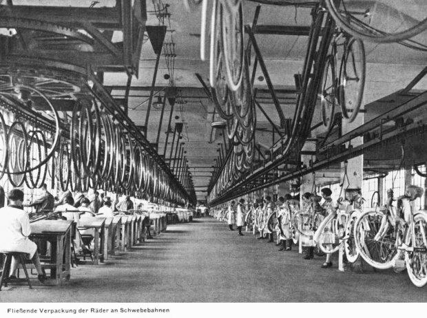 Fahrrad-Bau in der Opel-Fabrikhalle: Schwebebahnen transportieren einzelne Räder und fertige Modelle