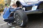 Sebastien Ogier (Volkswagen) und Julien Ingrassia beim Reifenwechsel