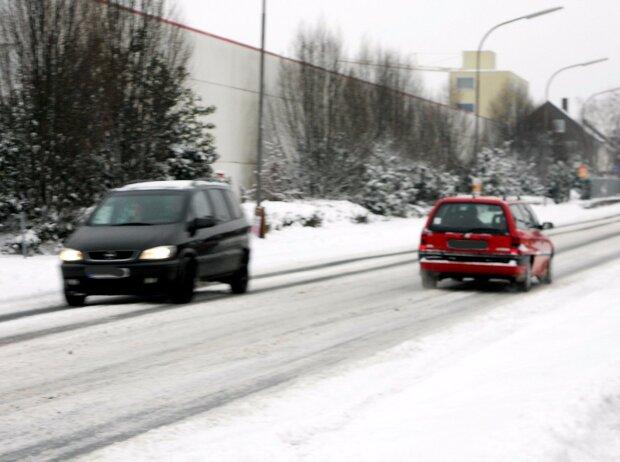 Ratgeber Fahren im Winter: Heißes Wasser auf die Scheibe?