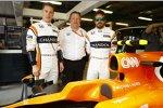 Stoffel Vandoorne (McLaren), Fernando Alonso (McLaren) und Zak Brown