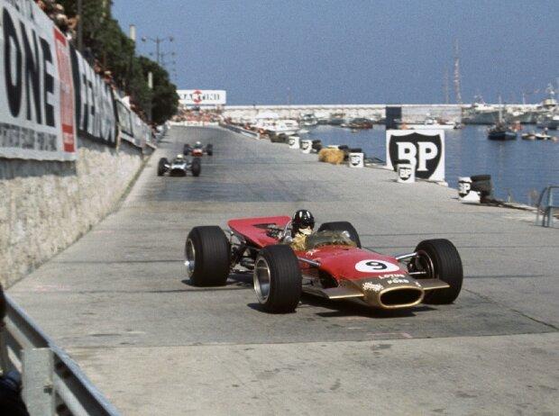Grand Prix von Monaco 1968: Graham Hill im Lotus-Ford 49B biegt als erster in die Tabac-Kurve ein
