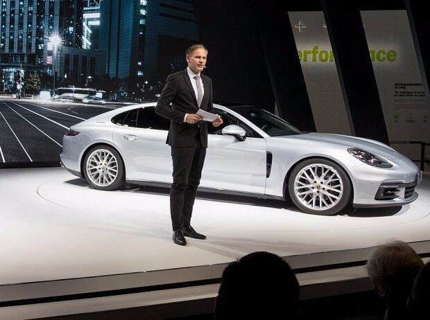 Oliver Blume, Vorstandsvorsitzender der Porsche AG, präsentiert den Panamera Sport Turismo und den neuen Panamera Executive (China-Version)