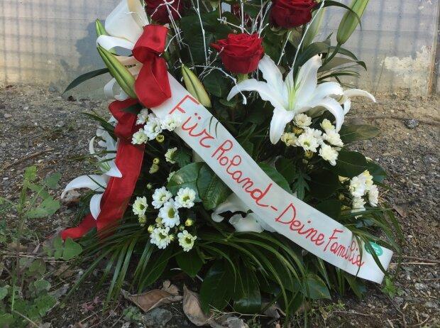 Blumengedeck für Roland Ratzenberger in Imola