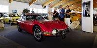 Deutschland-Geschäftsführer Tom Fux mit der Familie Pichert im Toyota-Museum in Hartkirchen am Inn