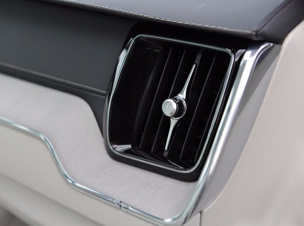 Detail im Innenraum des Volvo XC60 (2017): Schwedenflagge als Dehnungsfuge