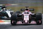 Sergio Perez (Force India) und Valtteri Bottas (Mercedes)