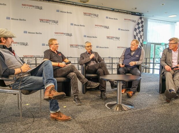 Eine Diskussionsrunde mit (im Bild v.l.n.r.) Moderator Alexander Gregor, Martin Stromberg (Classic Data), Peter Deuschle (Ingenieur-Büro Deuschle), Dr. Götz Knoop (Deuvet) und Ansgar Klein, (BVfK) auf der Motorworld Classics Berlin 2017