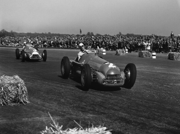 Guiseppe Farina (Alfa Romeo 158), Erster, führt gegen Luigi Fagioli (Alfa Romeo 158), Zweiter