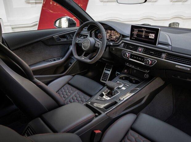 Innenraum und Cockpit des Audi RS 4 Avant 2018
