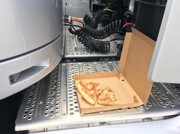 Pizza gibt's an der Raststation, um keine Zeit zu verlieren