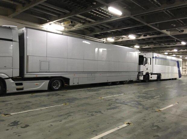 Mercedes-LKWs auf der Fähre von Calais nach Dover