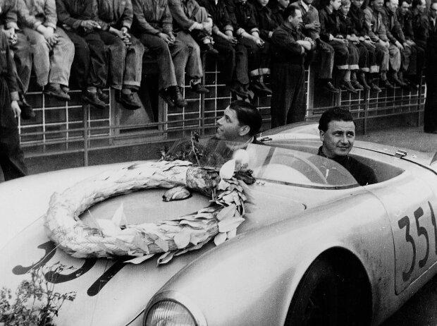 Hans Herrmann und Herbert Linge nach dem Sieg bei der Mille Miglia 1954