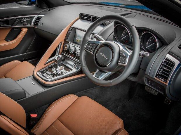 Cockpit des Jaguar F-Type P300 Coupé 2018