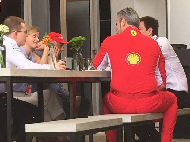 Andy Cowell, Susie Wolff, Niki Lauda, Maurizio Arrivabene, Toto Wolff in Bahrain 2018 (Freitag)