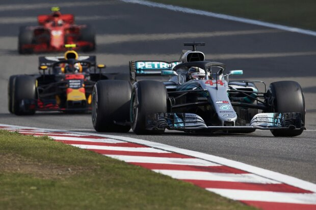 Lewis Hamilton Max Verstappen Mercedes Mercedes AMG Petronas Motorsport F1Red Bull Aston Martin Red Bull Racing F1 ~Lewis Hamilton (Mercedes) und Max Verstappen (Red Bull) ~