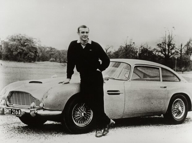 Sean Connery mit Aston Martin DB 5 (1964)
