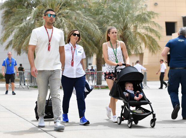 Claire Williams mit Baby im Paddock