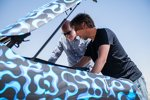 Autor Jens Meineres (links) am Prototyp des Mercedes-Benz EQC