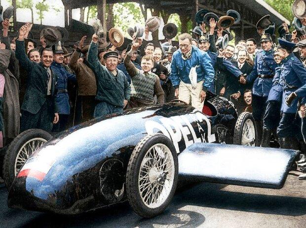 Nachkoloriert: Fritz von Opel nach seiner RAK 2 Rekordfahrt im Mai 1928