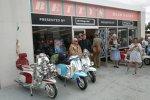 Vor Betty's Hair Salon parken die chrombehangenen Roller der Mods. Die Mods traten vor allem im Großbritannien der frühen 1960er-Jahre als Jugendbewegung auf. Ihre Kennzeichen: Anzug und Schlips.