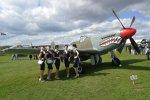 Natürlich kommen auch die allierten Verbündeten von einst zum Zuge: Diese Damen posieren vor einer P-51 Mustang. Jenes Kampfflugzeug gilt übrigens als Namenspate für den Ford Mustang.