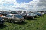 Bereits der Besucherparkplatz des Goodwood Revival ist eine Wucht: Besitzer von Oldtimern dürfen näher am Gelände parken. Und so sieht man nicht nur einen Jensen Interceptor, sondern gleich mehrere.