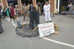 Britischer Humor: Diese Attrappe warnt vor einer nicht explodierten Bombe.