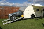 So muss das sein: Wohnmobil und Oldtimer-Transporter in einem.