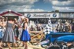 Petticoat war Trumpf beim BMW-Revivalfest in Goodwood.