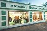 In dem Automobilhandelshaus Kevill-Davies & March nachempfundenen Ausstellungshallen unweit der Rennstrecke zeigte BMW einige spannende Stücke.