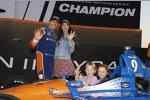 Scott Dixon (Ganassi) mit Ehefrau Emma und den Töchtern Tilly und Poppy