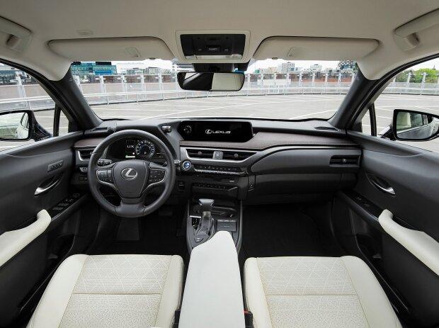 Innenraum und Cockpit des Lexus UX 250h 2019