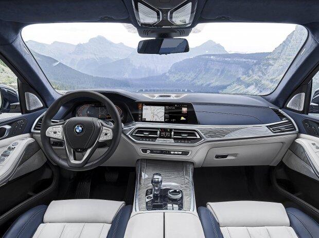 Innenraum und Cockpit des BMW X7 2019