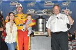 Joey Logano (Penske) mit Ehefrau Brittany und Sohn Hudson