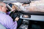 Autor Axel F. Busse am Steuer des Range Rover Evoque 2019