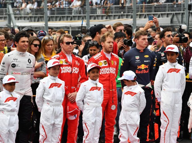 F1-Fahrer mit Gridkids