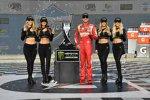 Kyle Busch (Gibbs) mit den Monster-Girls