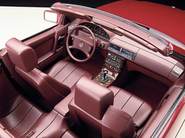 Innenraum und Cockpit des Mercedes-Benz SL der Baureihe R 129