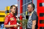 Sebastian Vettel (Ferrari) und Mario Isola