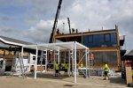 Aufbau des Holzhauses von Red Bull